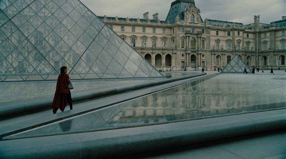 Wonder Woman: Gal Gadot accanto al Louvre in una scena del film