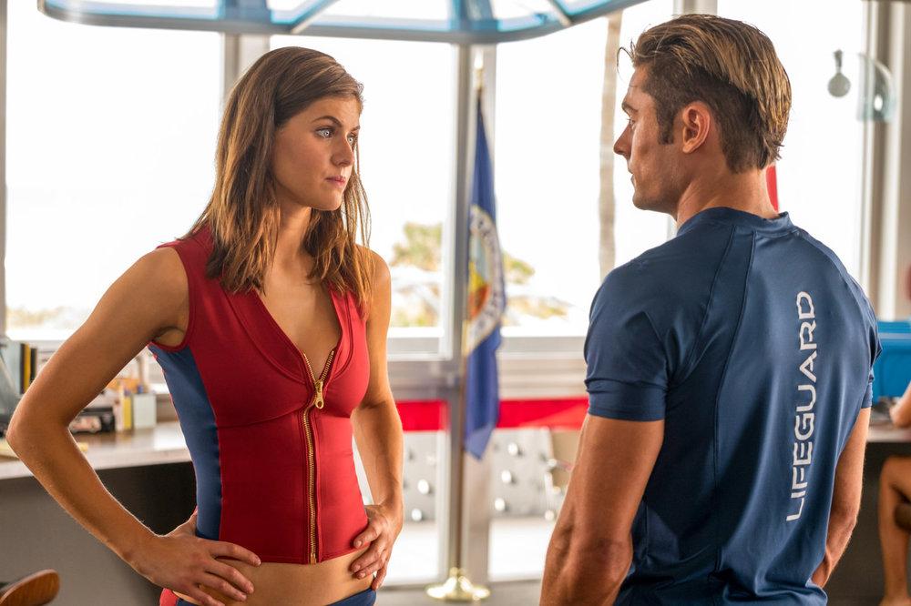 Baywatch: Zac Efron e Alexandra Daddario in una scena del film