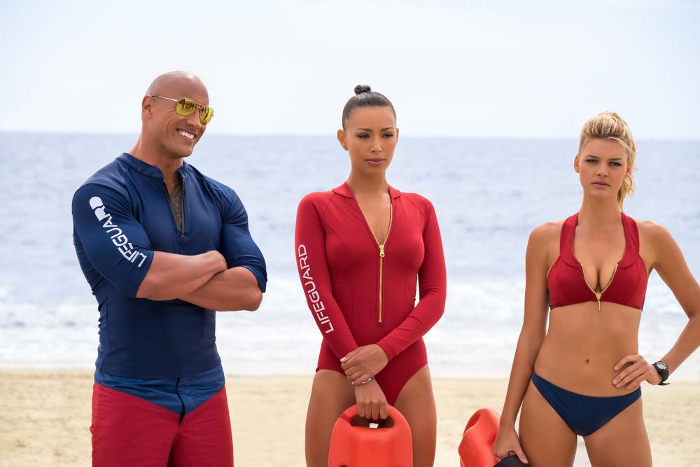 Baywatch: Dwayne Johnson, Ilfenesh Hadera e Kelly Rohrbach in una scena del film