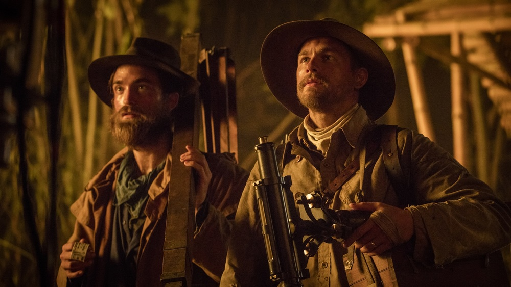 Civiltà perduta: Robert Pattinson e Charlie Hunnam in una scena del film