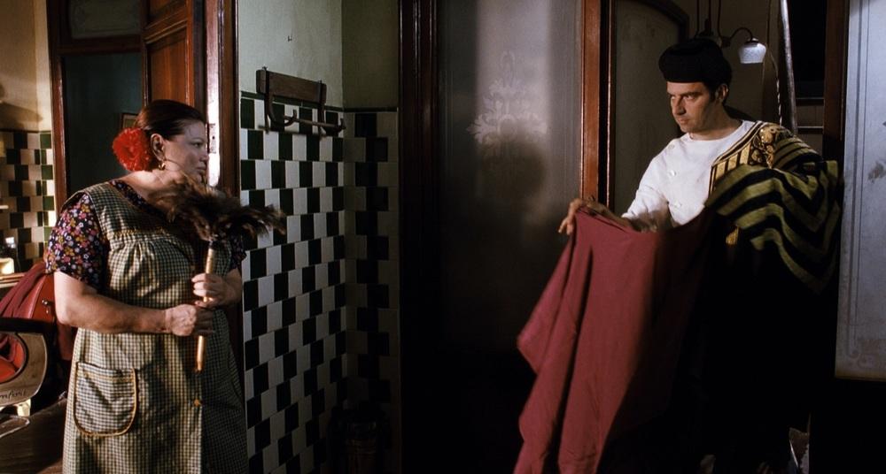 Due uomini, quattro donne e una mucca depressa: Serena Grandi e Neri Marcorè in una scena del film