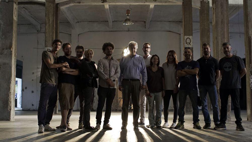 Indizi di felicità: un'immagine promozionale con Walter Veltroni e il resto della troupe