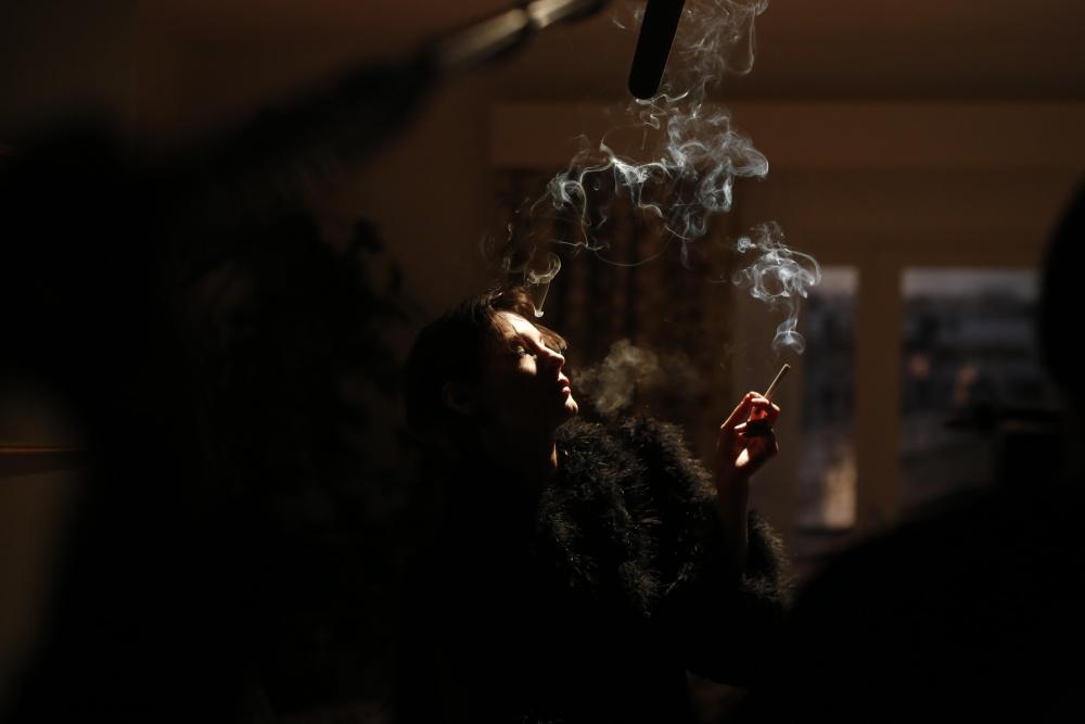 Barbara: Jeanne Balibar fuma in una scena