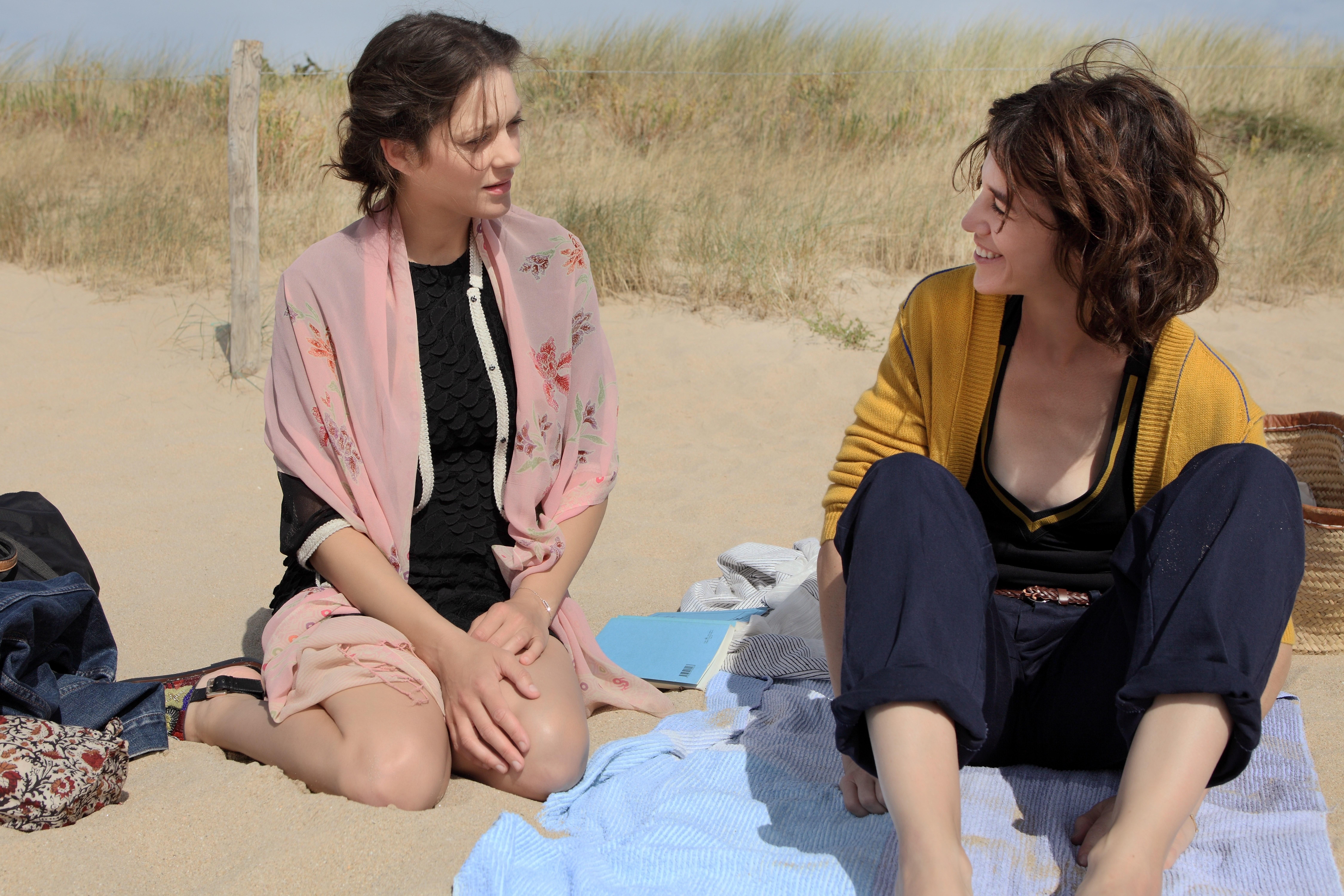 Les fantômes d'Ismaël: Charlotte Gainsbourg e Marion Cotillard in spiaggia
