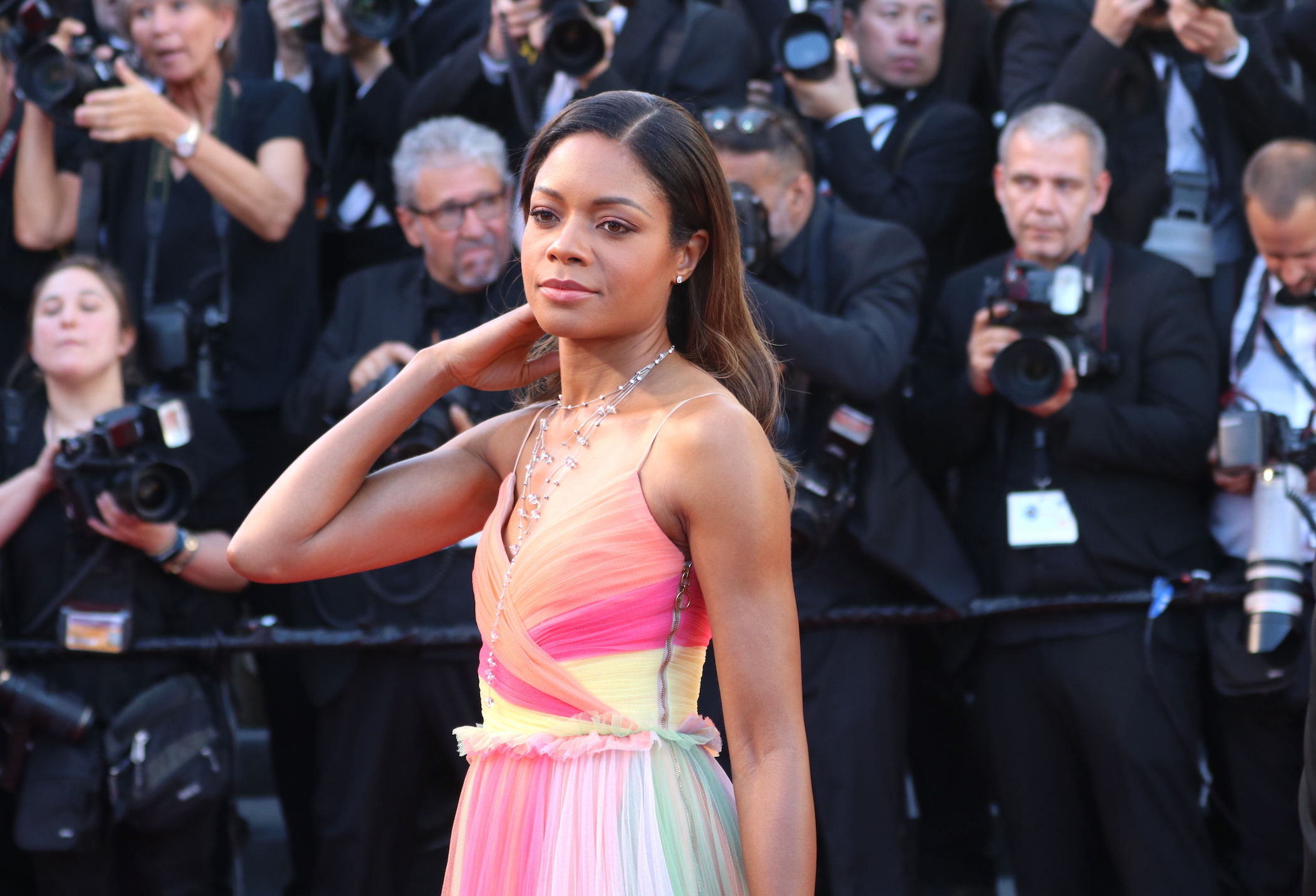Cannes 2017: la bellissima Naomie Harris sul red carpet inaugurale