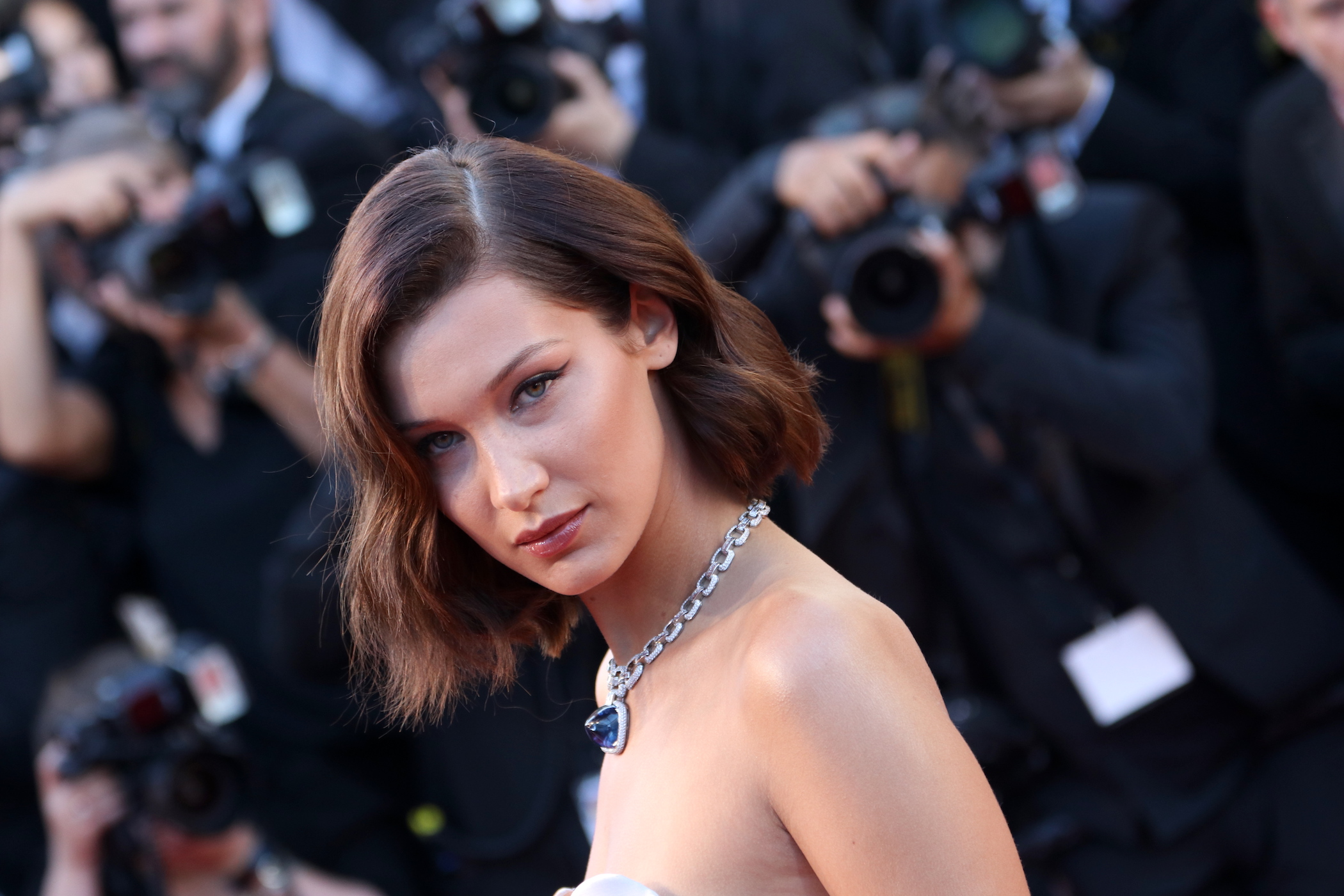 Cannes 2017: Bella Hadid sul red carpet inaugurale