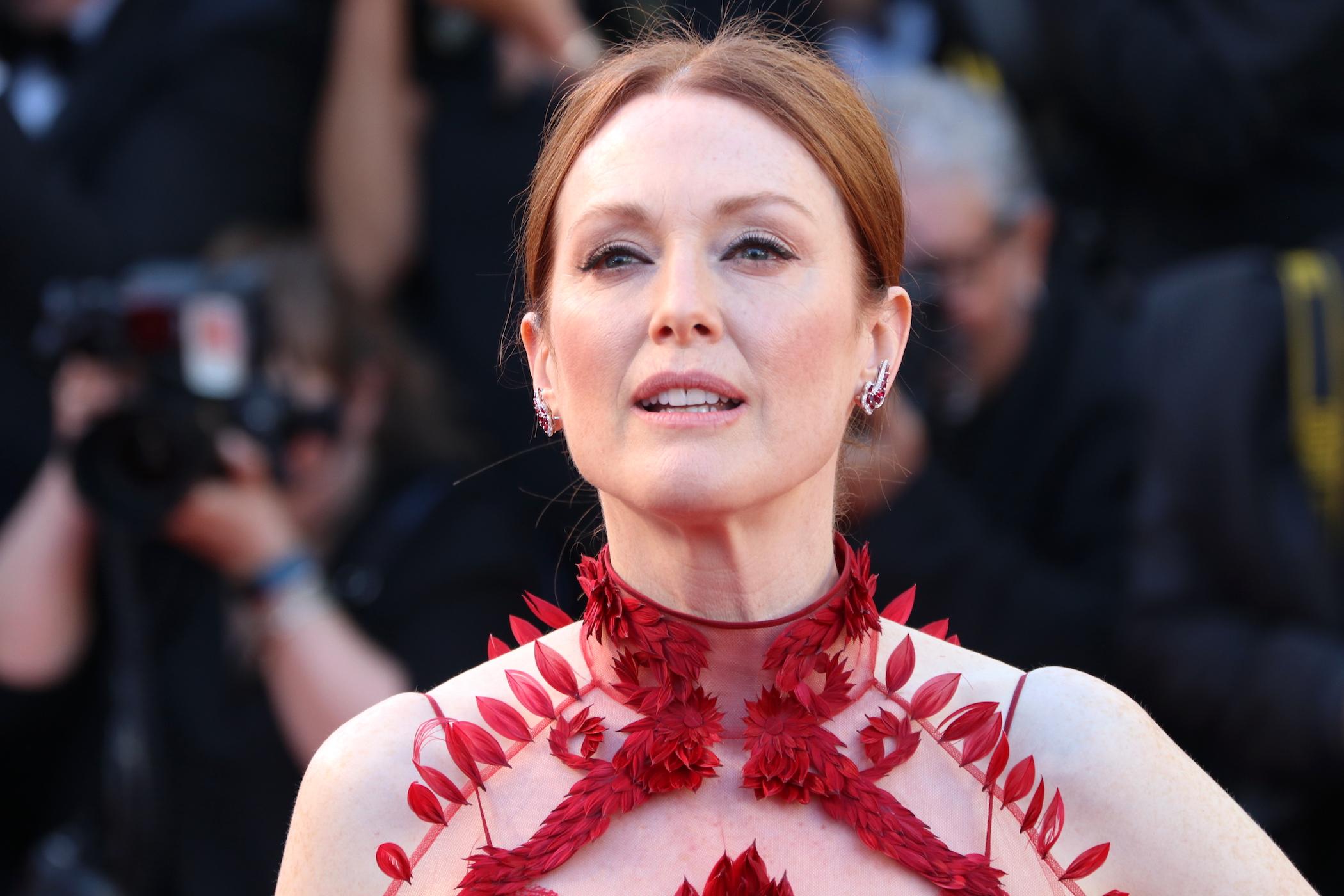Cannes 2017: uno scatto di Julianne Moore sul red carpet inaugurale