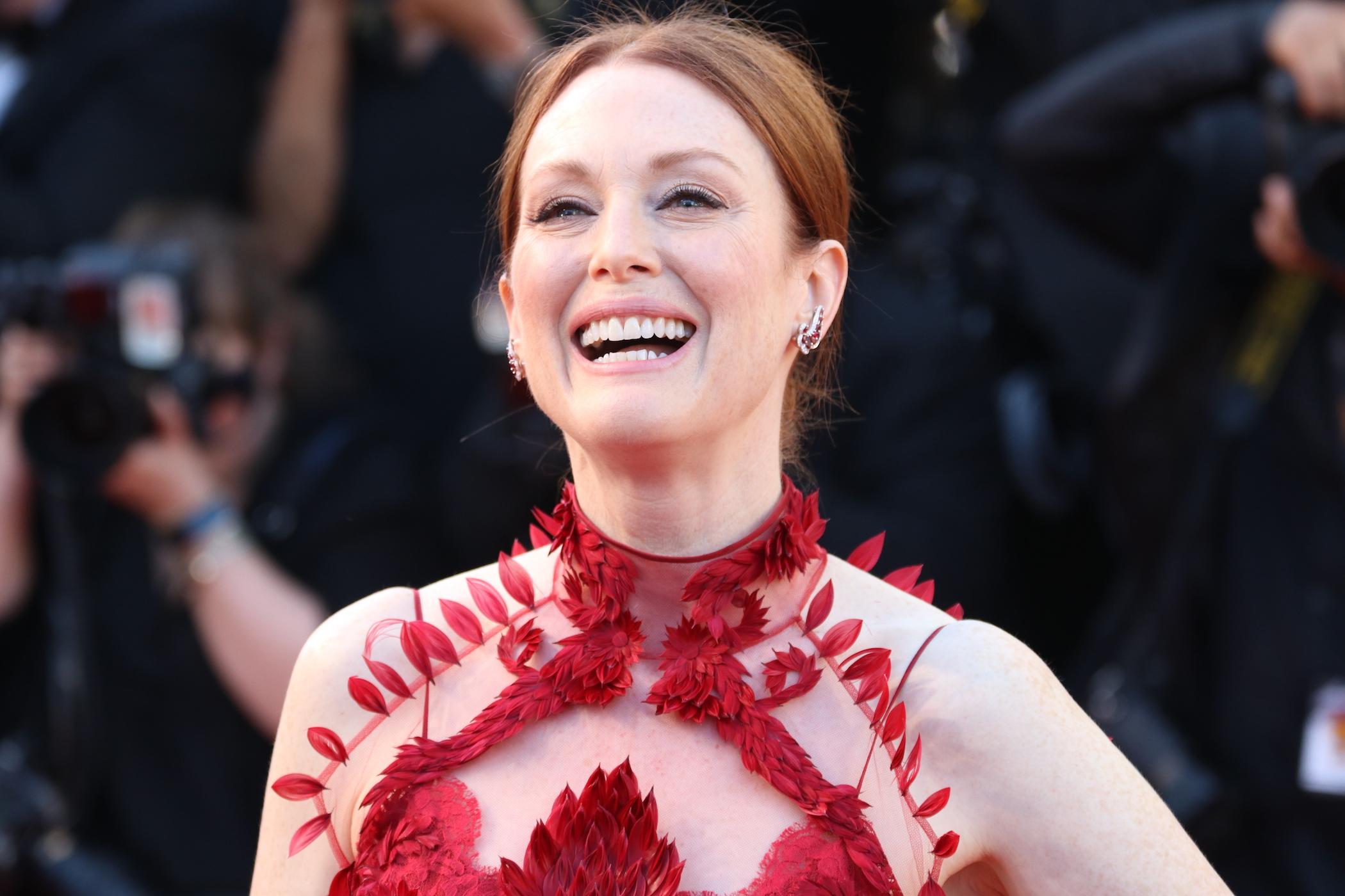 Cannes 2017: il sorriso di Julianne Moore sul red carpet inaugurale