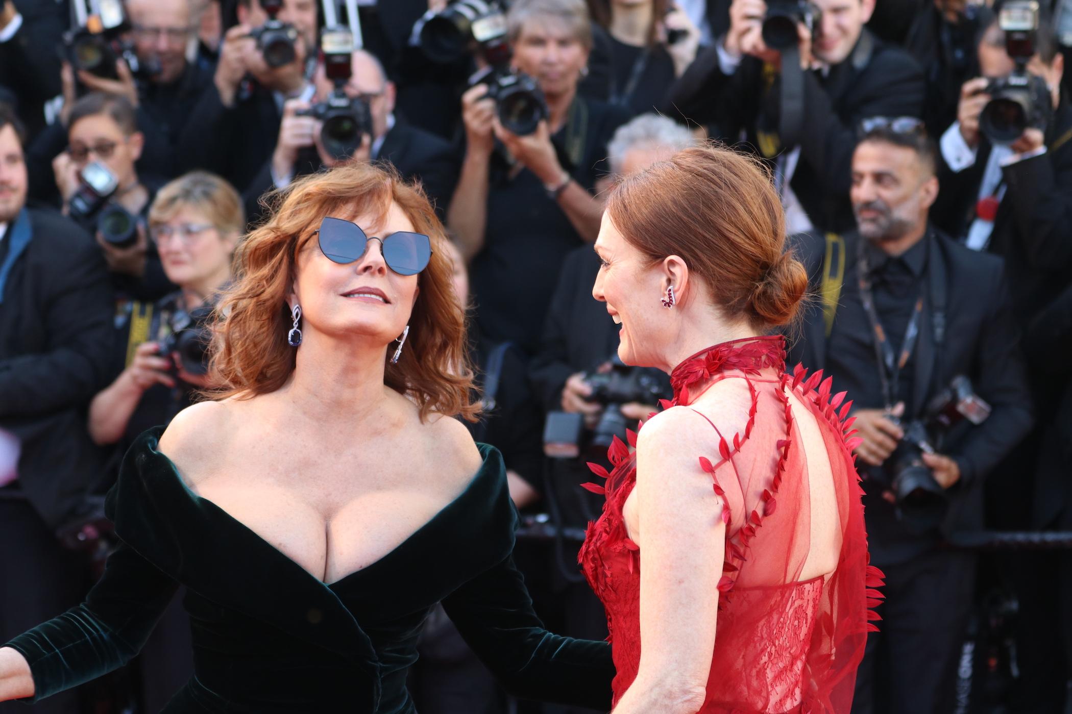 Cannes 2017: Julianne Moore e Susan Sarandon sul red carpet inaugurale