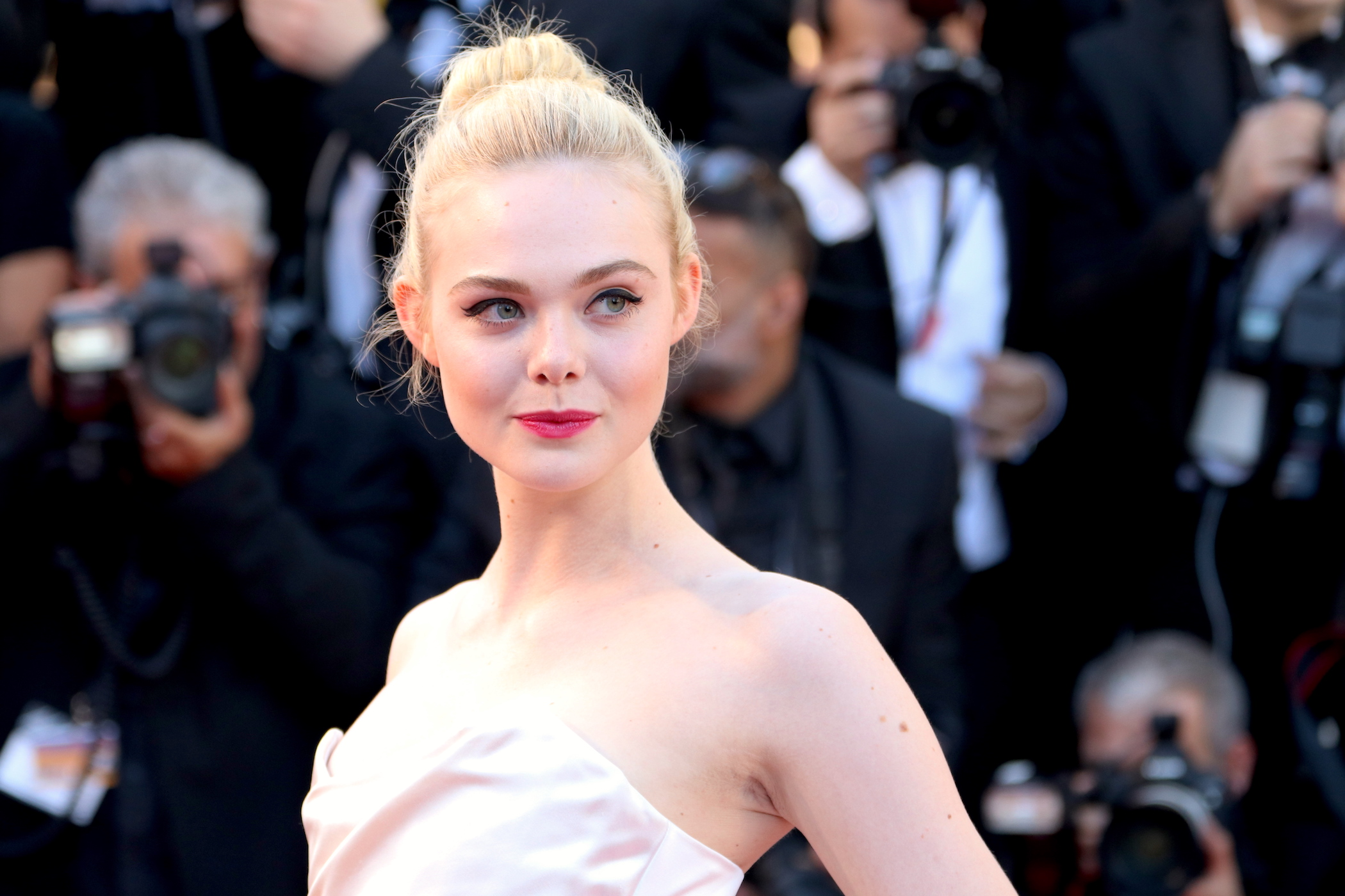 Cannes 2017: Elle Fanning sul red carpet inaugurale