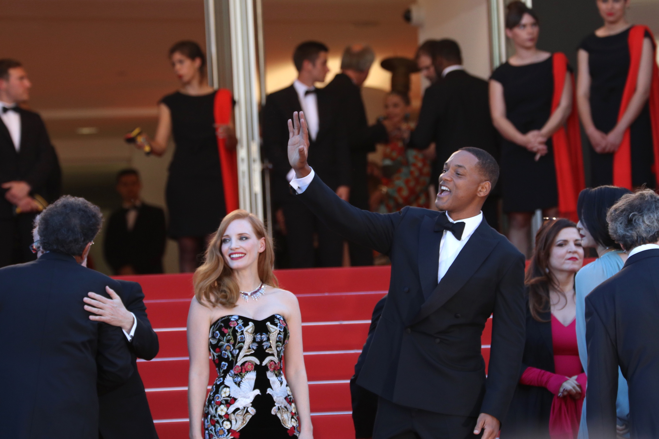 Cannes 2017: Will Smith e Jessica Chastain salutano i fan sul red carpet inaugurale