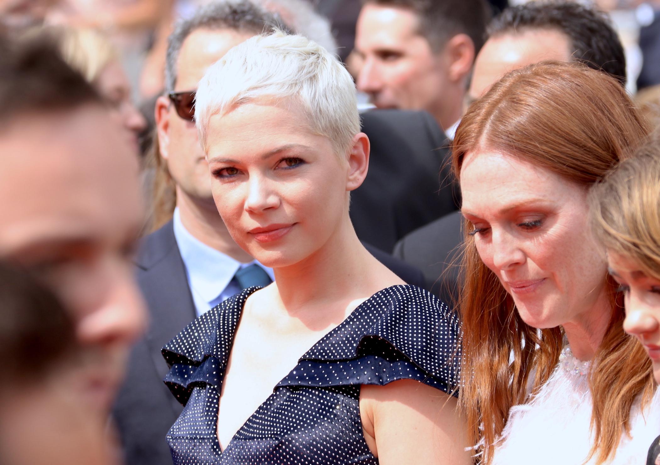 Cannes 2017: uno scatto di Michelle Williams prima di attraversare il red carpet di Wonderstruck