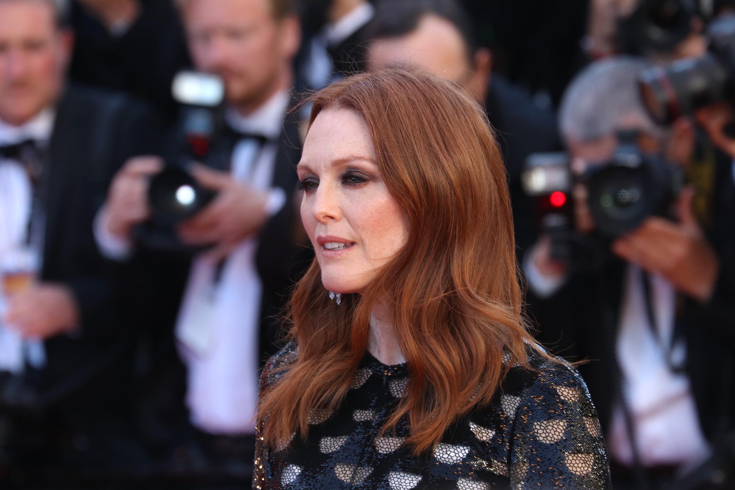 Cannes 2017: la bellissima Julianne Moore sul red carpet di Okja