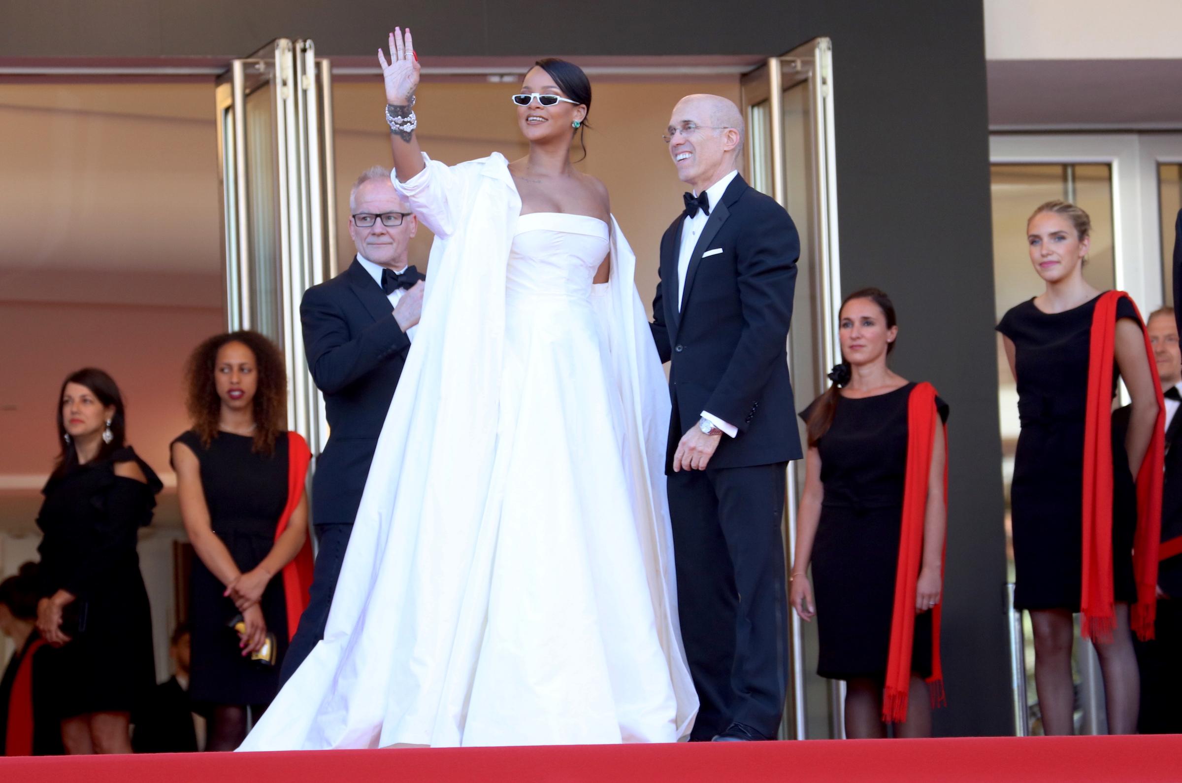 Cannes 2017: Rihanna saluta i fan sul red carpet di Okja