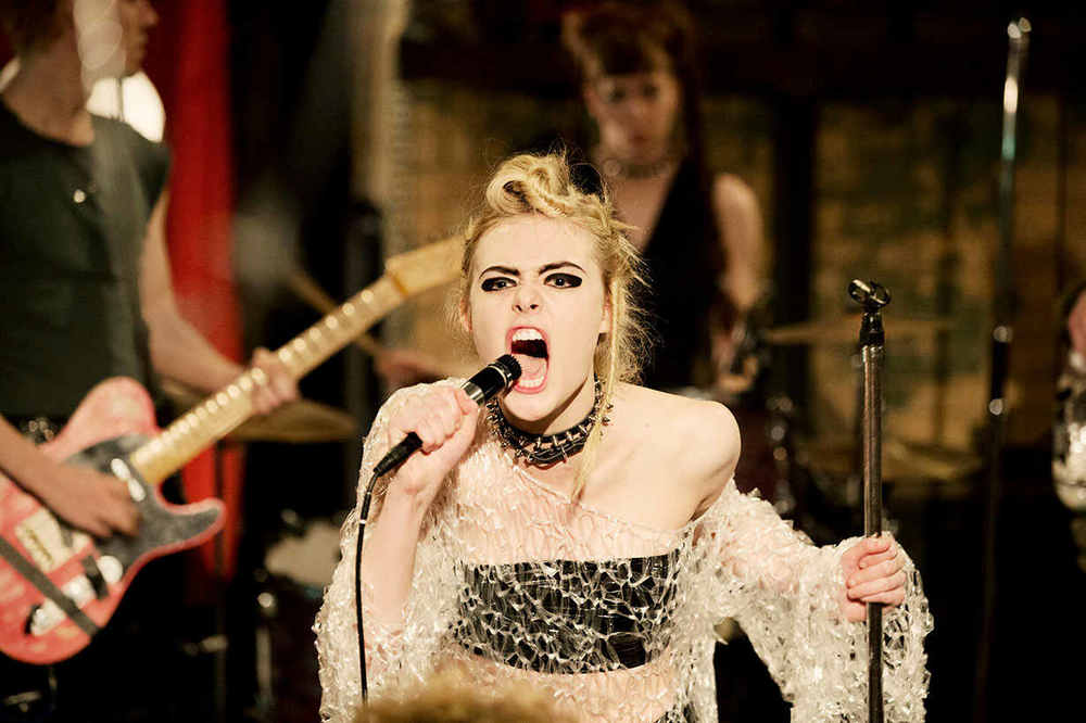 How to Talk to Girls at Parties - Elle Fanning in una scena