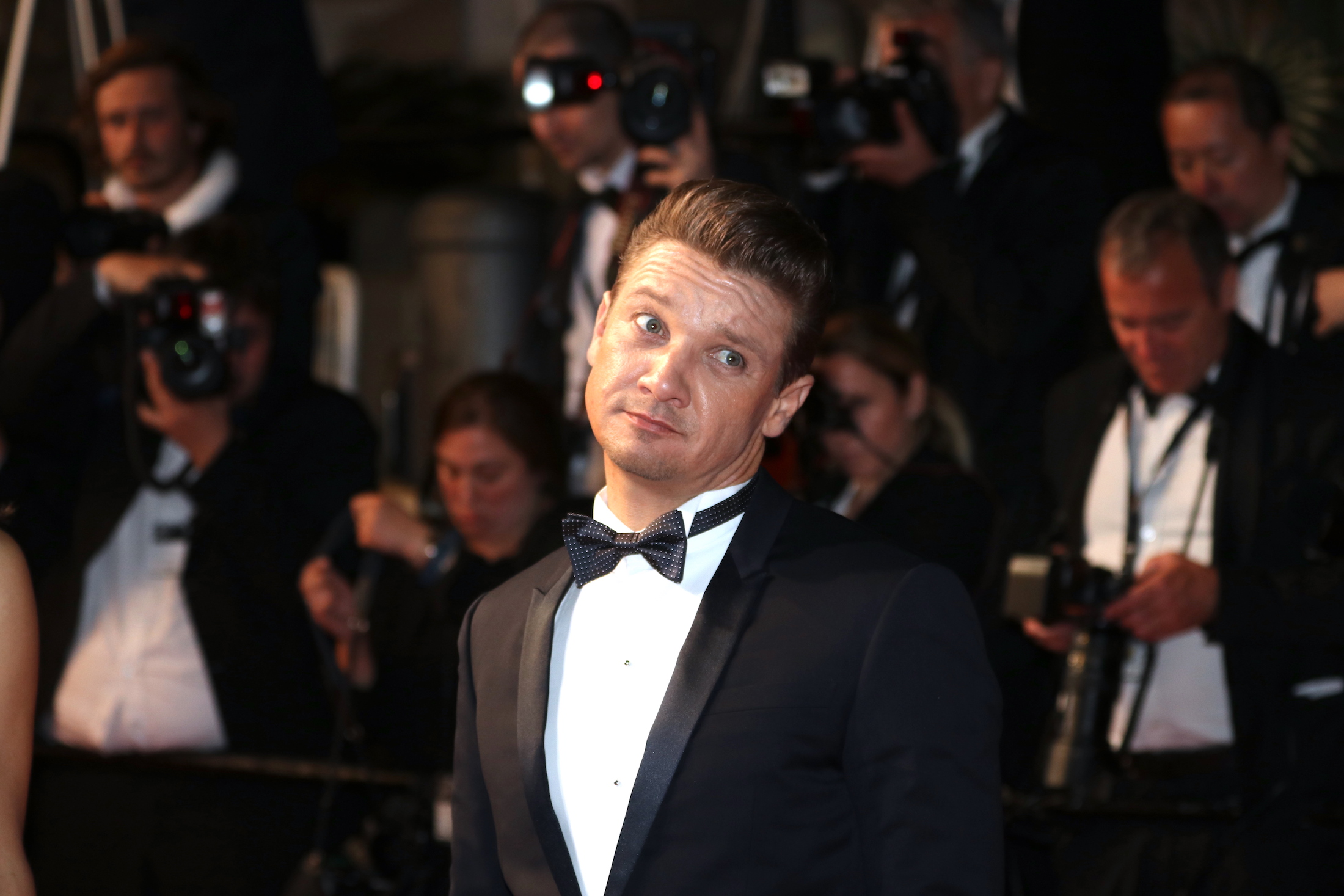 Cannes 2017: uno scherzoso Jeremy Renner sul red carpet per Wind River