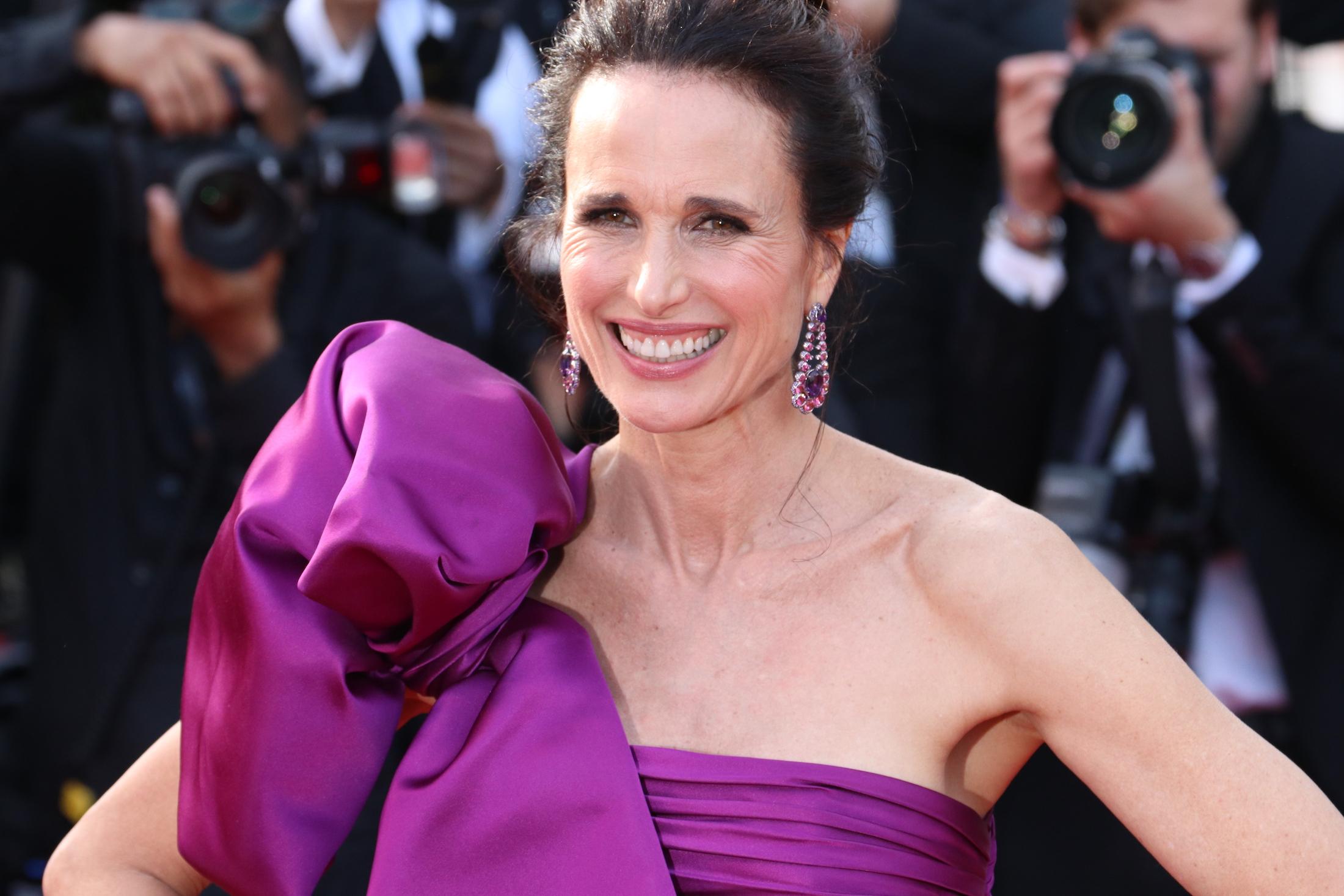 Cannes 2017: una sorridenteAndie MacDowell sul red carpet di The Meyerowitz Stories