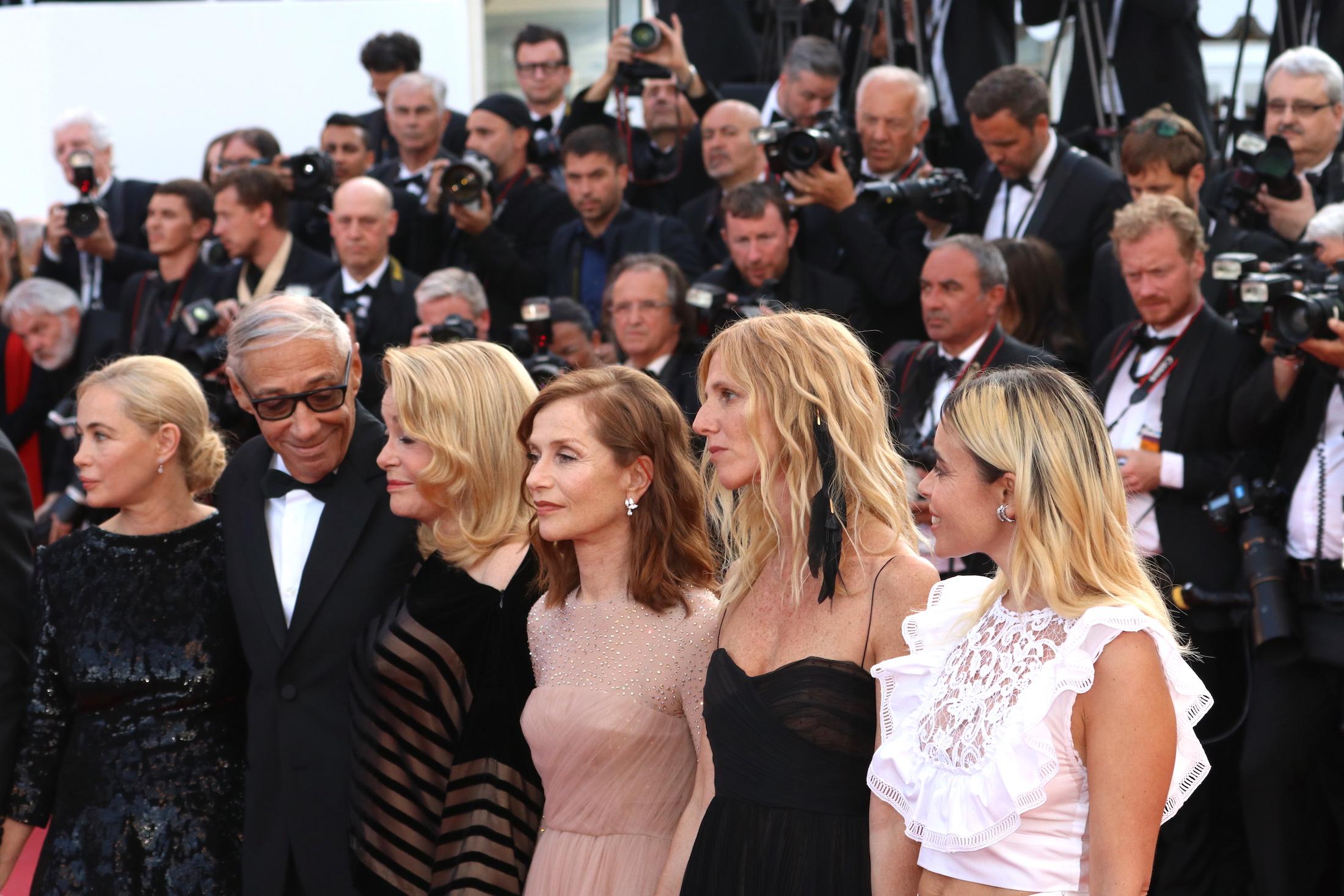 Cannes 2017: Isabelle Huppert, Catherine Deneuve sul red carpet di The Killing of a Sacred Deer