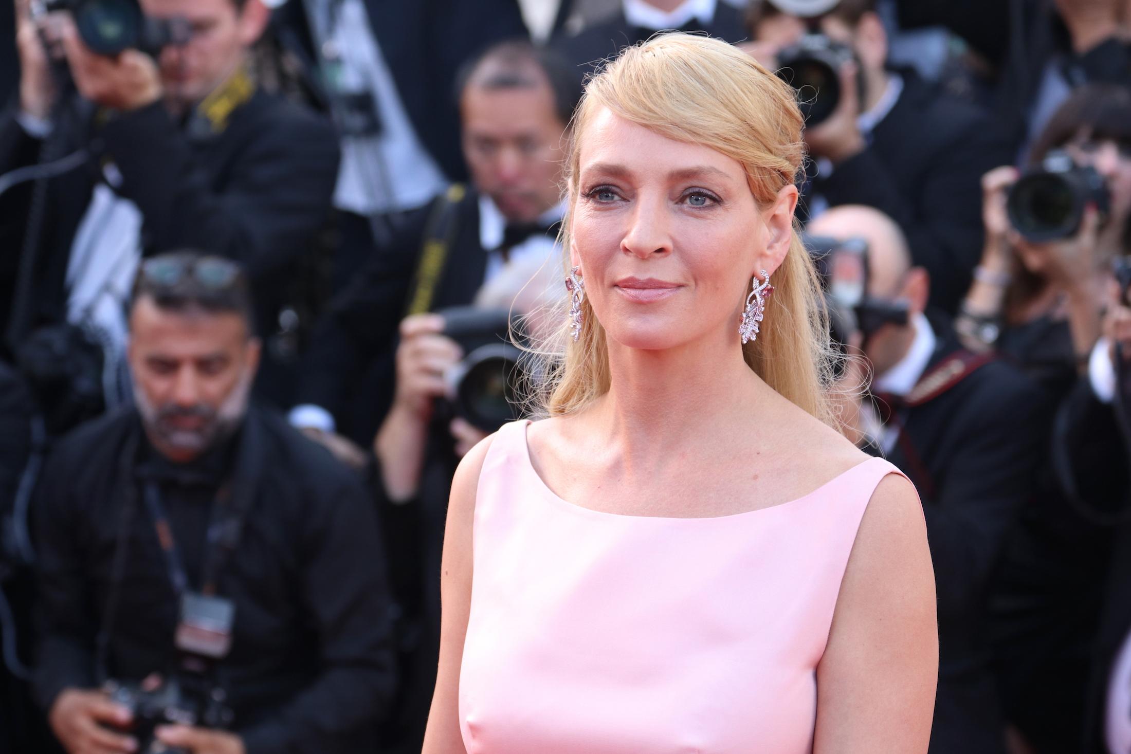 Cannes 2017: uno scatto di Uma Thurman sul red carpet per il settantesimo anno della manifestazione