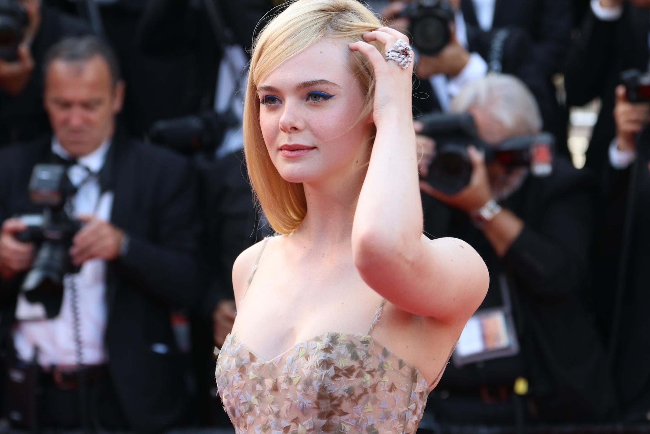 Cannes 2017: Elle Fanning sul red carpet per il settantesimo anno della manifestazione