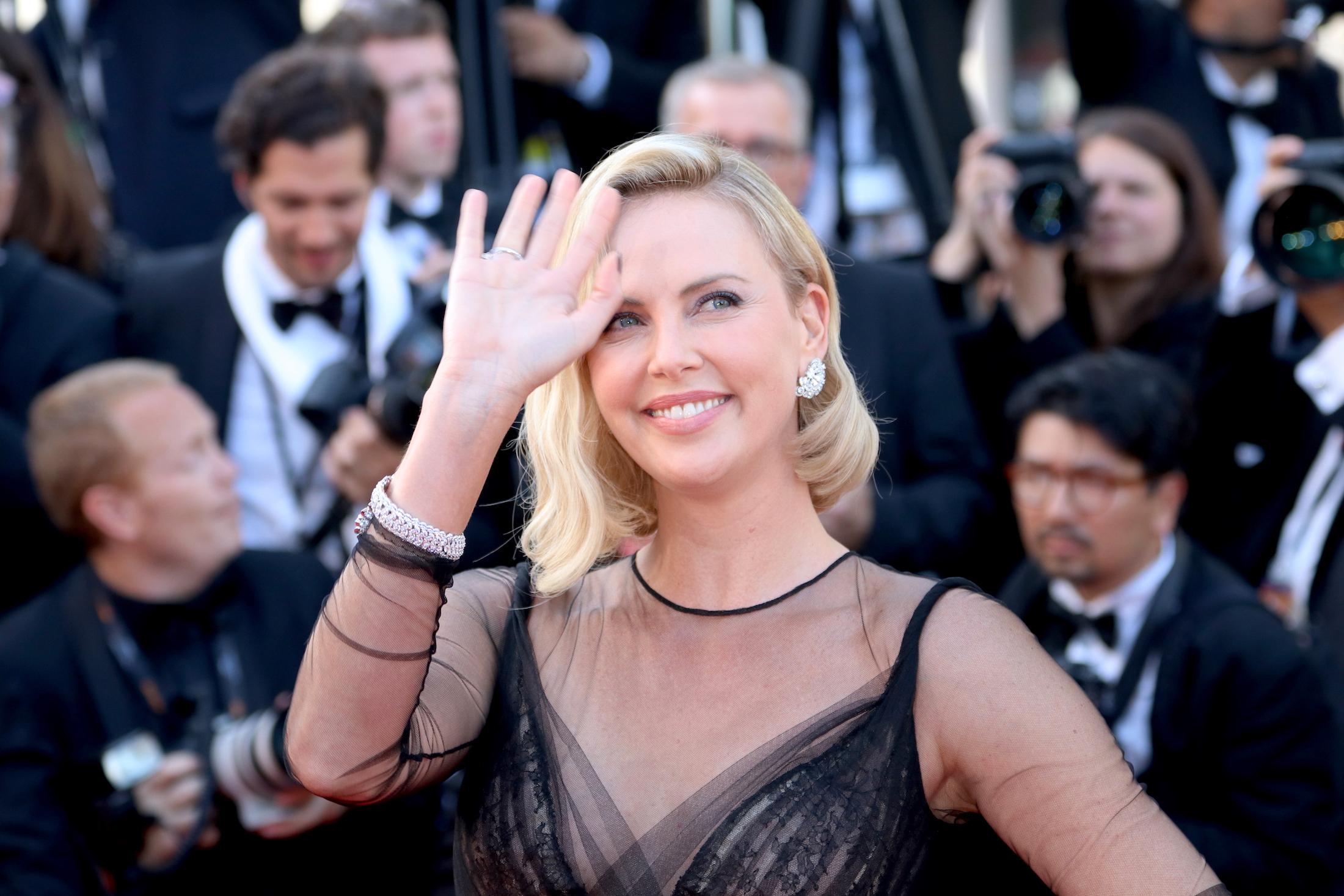 Cannes 2017: Charlize Theron sul red carpet per il settantesimo anno della manifestazione