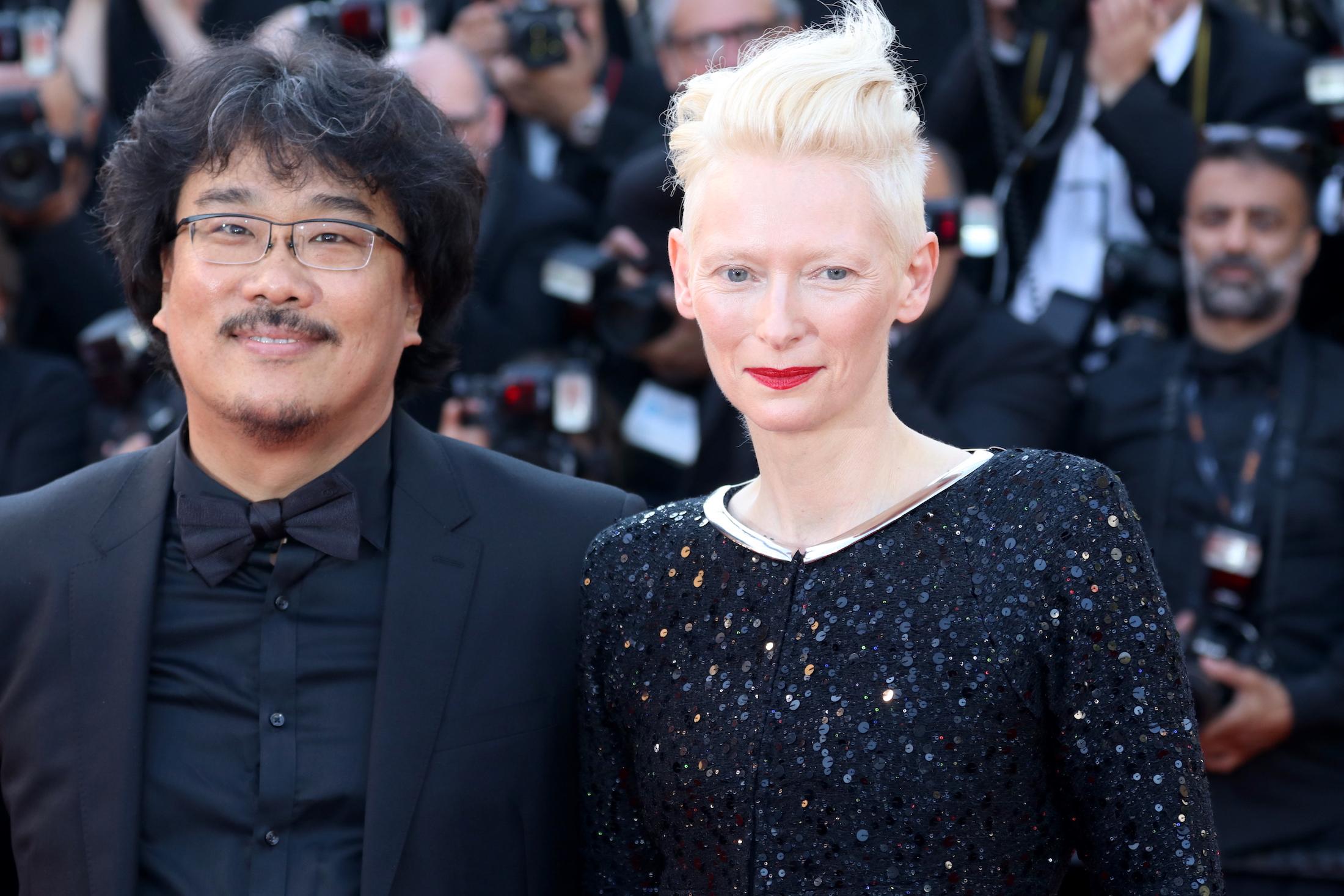 Cannes 2017: Bong Joon-ho e Tilda Swinton sul red carpet per il settantesimo anno della manifestazione