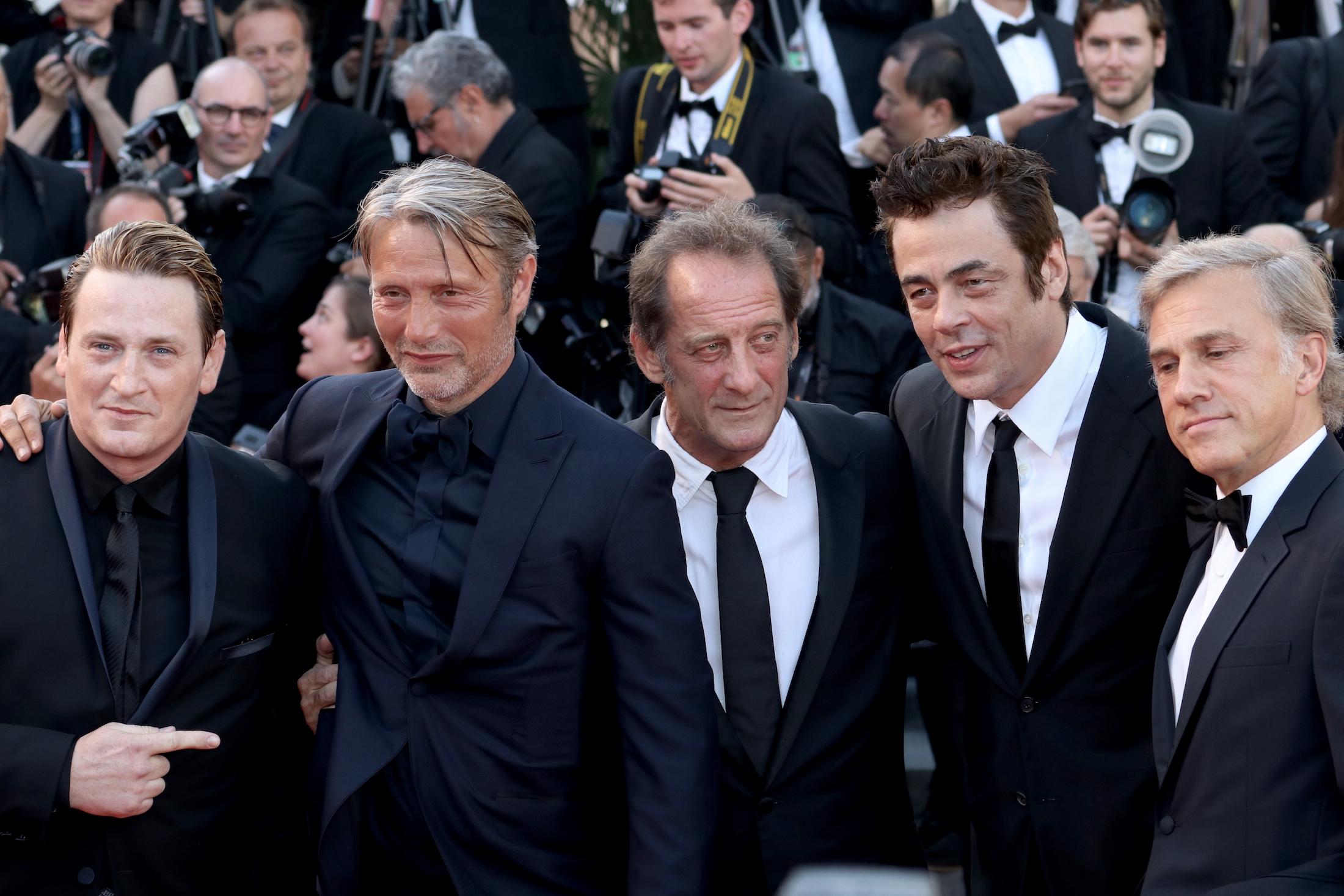 Cannes 2017: Mads Mikkelsen, Benicio Del Toro, Christoph Waltz sul red carpet per il settantesimo anno della manifestazione