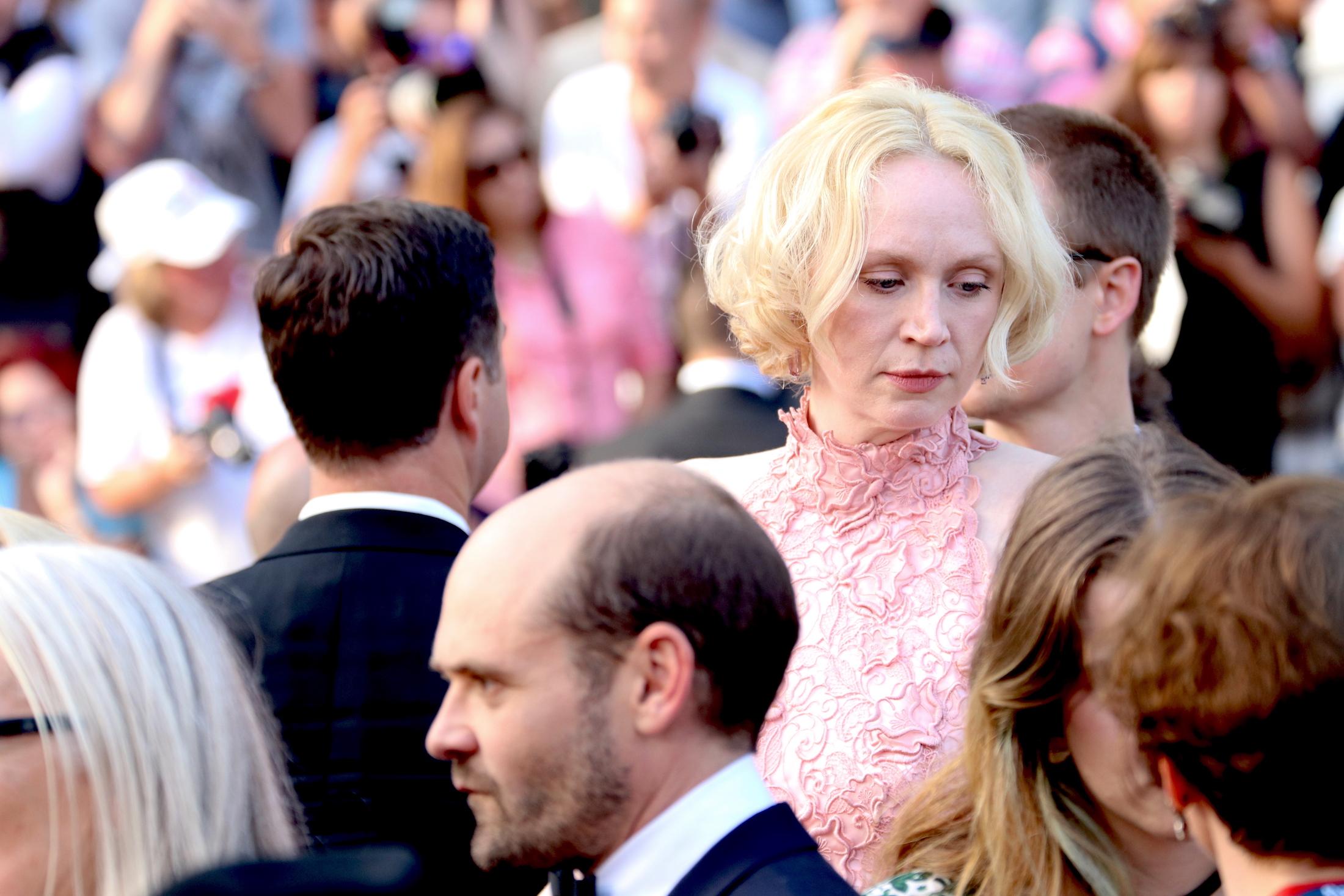 Cannes 2017: Gwendoline Christie prima di entrare sul red carpet de L'inganno