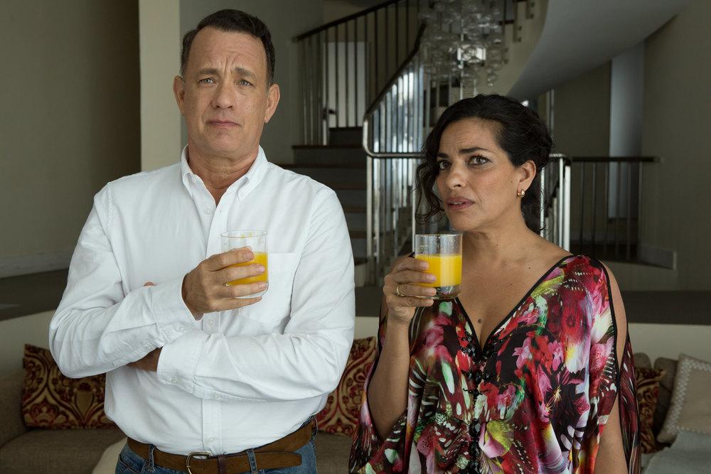 Aspettando il Re: Tom Hanks e Sarita Choudhury in un'immagine del film