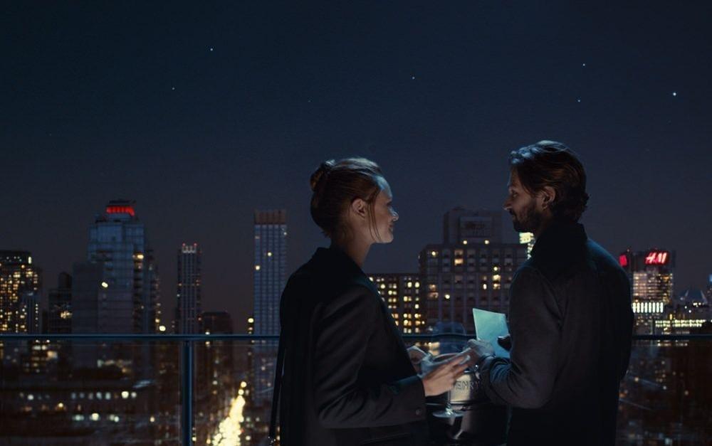 2:22 - Il destino è già scritto: Teresa Palmer e Michiel Huisman in un momento del film