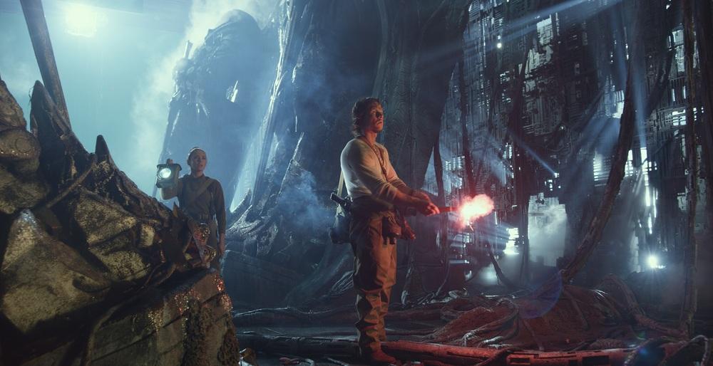 Transformers - L'ultimo cavaliere: Mark Wahlberg e Laura Haddock in una scena del film