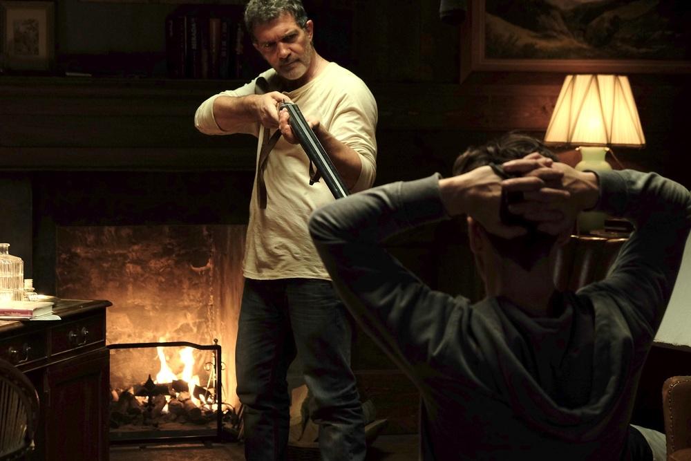 Black Butterfly: Antonio Banderas e Jonathan Rhys Meyers insieme in una scena del film