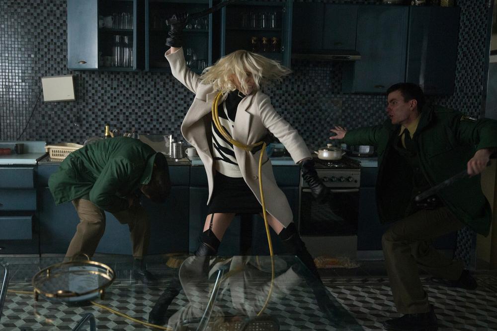 Atomic Blonde: Charlize Theron in azione in una foto del film