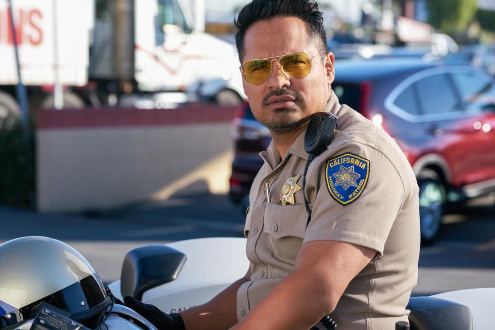 CHiPs: Michael Peña in una scena del film