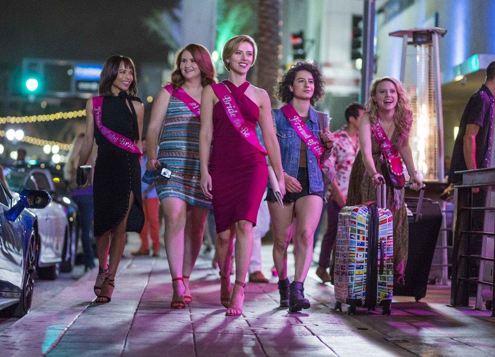 Crazy Night - Festa col morto: Scarlett Johansson, Jillian Bell, Zoë Kravitz, Kate McKinnon e Ilana Glazer in una scena del film