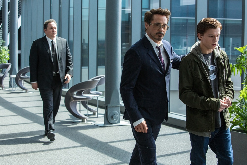 Spider-Man: Homecoming, Robert Downey Jr., Tom Holland e Jon Favreau in una scena del film