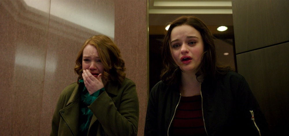 Wish Upon: Joey King e Shannon Purser in una scena del film