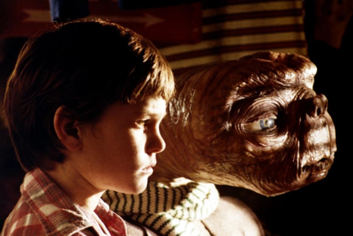 E.T. L'extra-terrestre: Elliott con E.T. in un momento del film