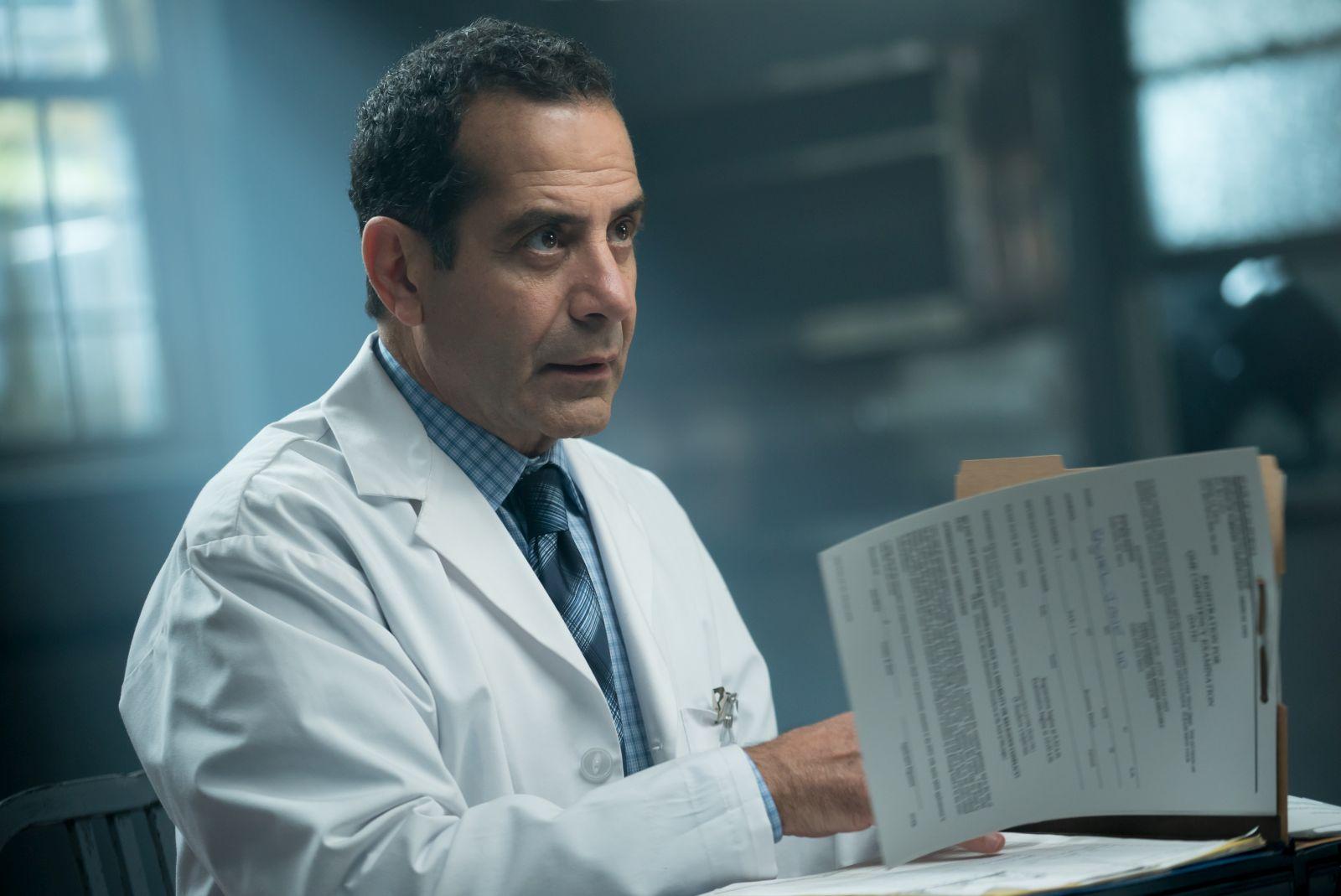 Nemesi: Tony Shalhoub in una scena del film