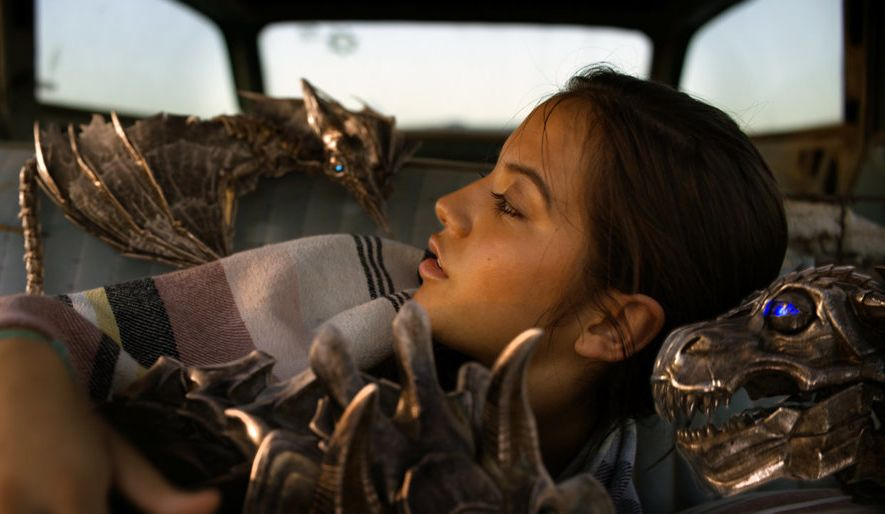 Transformers - L'ultimo cavaliere: Isabela Moner in una scena del film