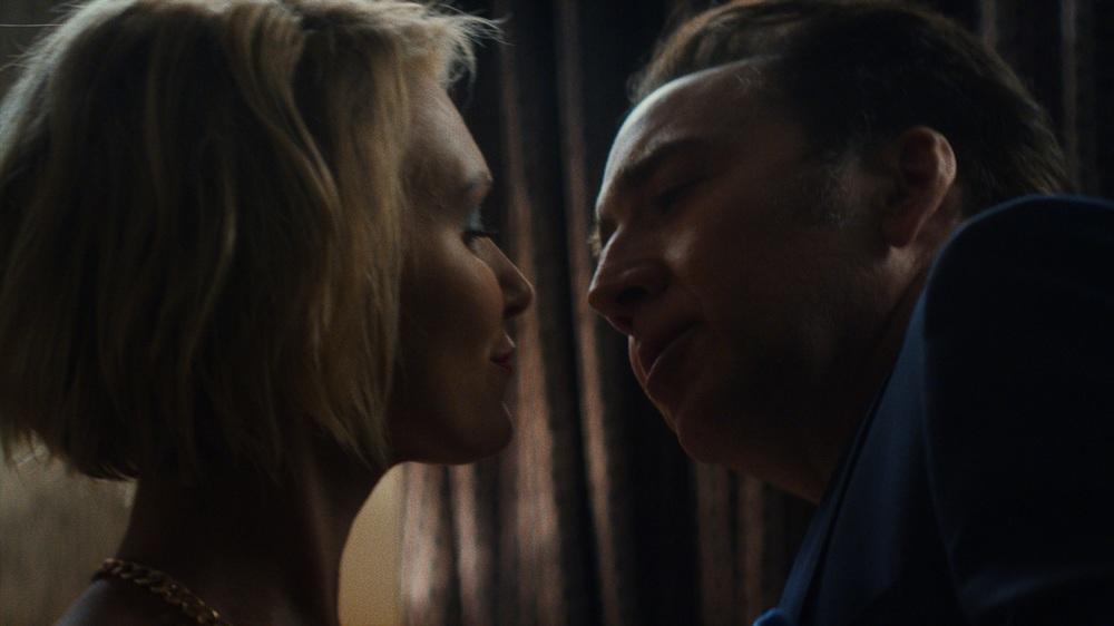 Cane mangia cane: Nicolas Cage e Chelsea Mee in una scena del film