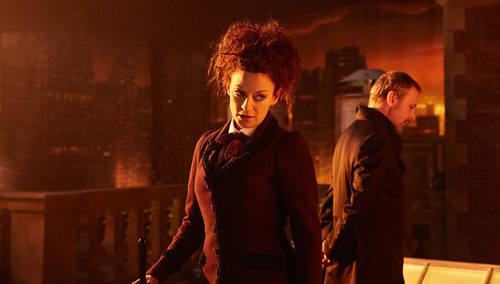 Doctor Who: John Simm e Michelle Gomez in una scena dell'episodio The Doctor Falls