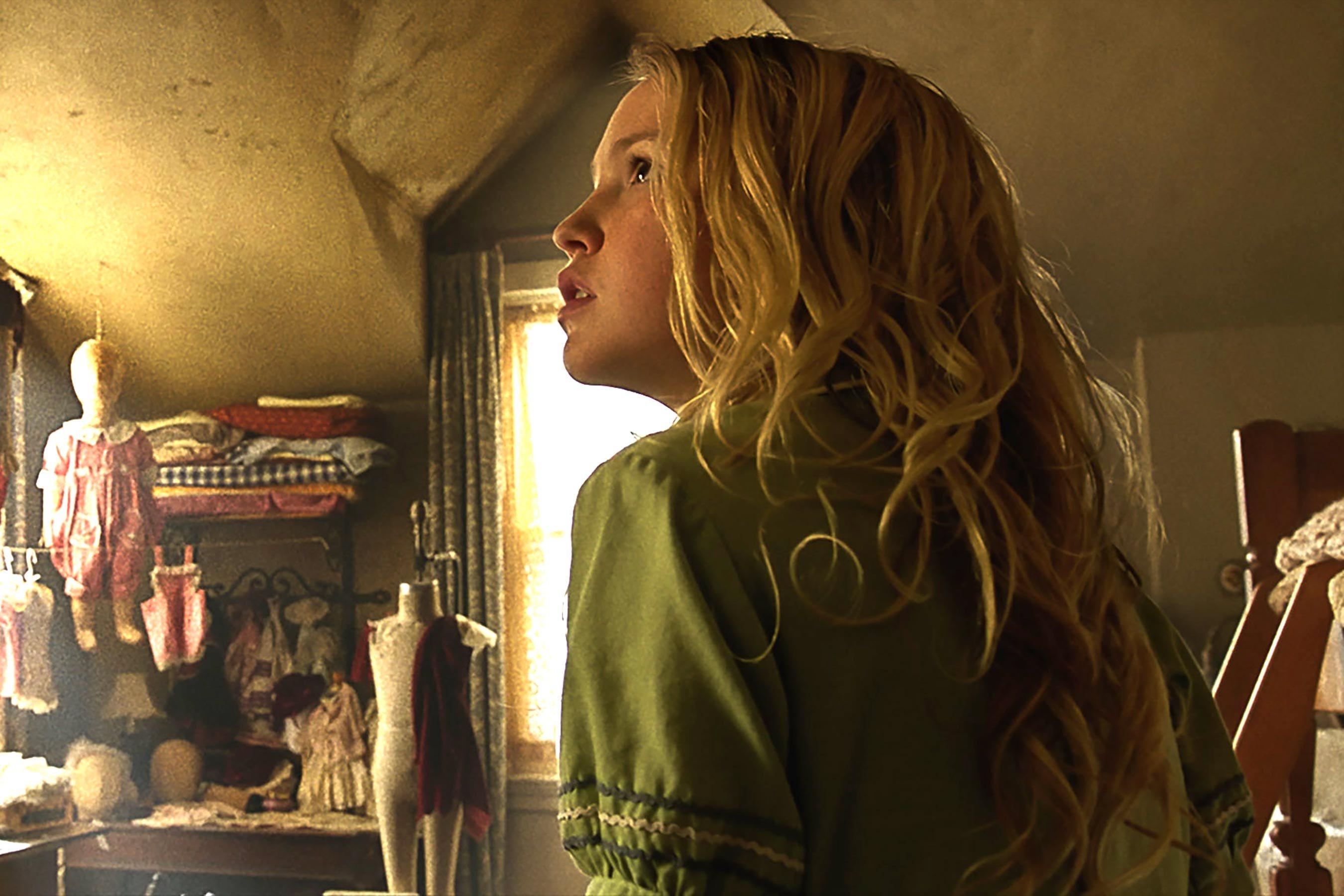Annabelle 2: Creation, Talitha Bateman in una scena del film