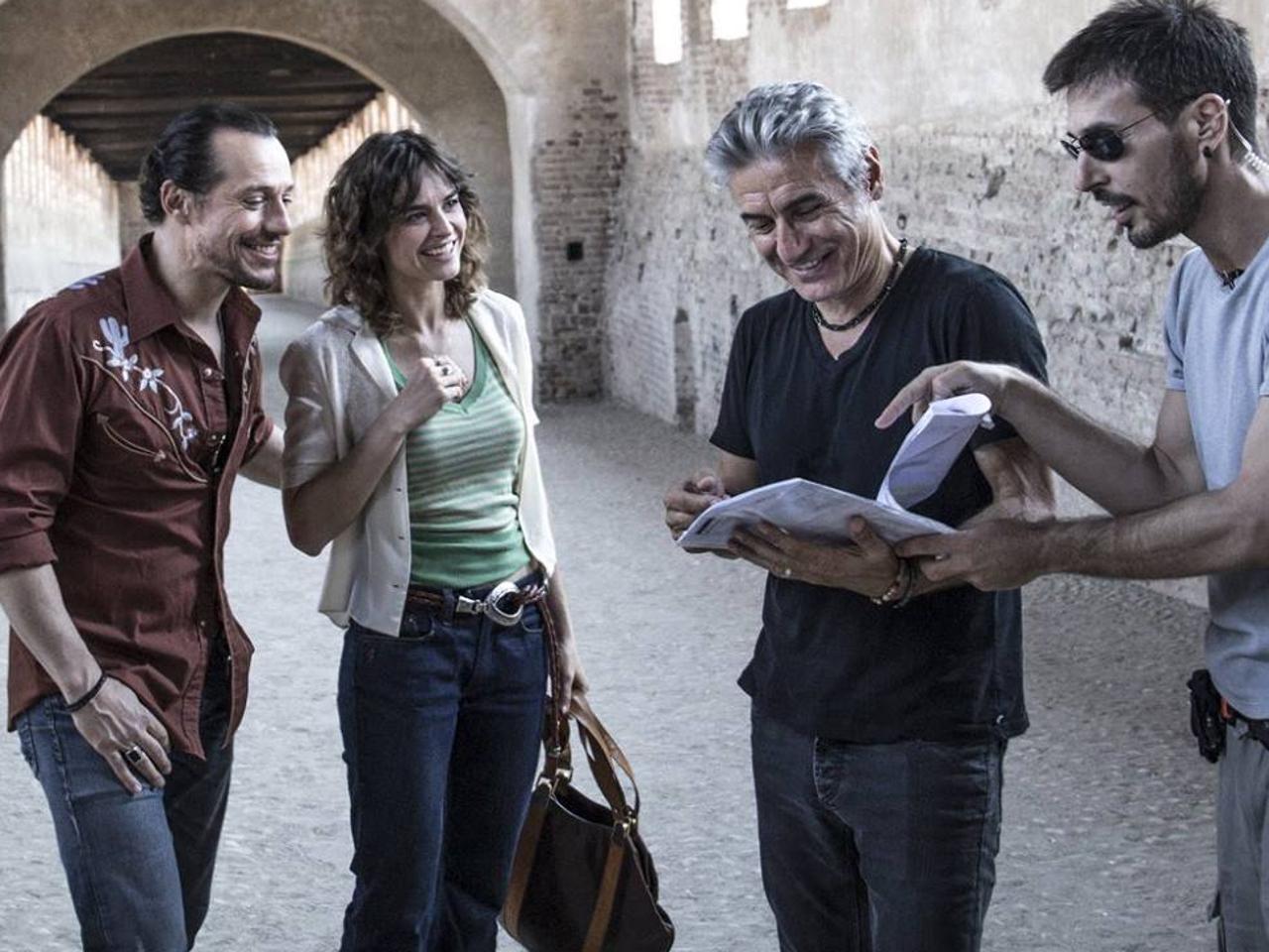 Made in Italy. il regista del film Luciano Liguabue sul set con Stefano Accorsi e Kasia Smutniak