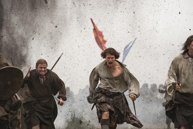 Outlander: Sam Heughan in una foto della terza stagione