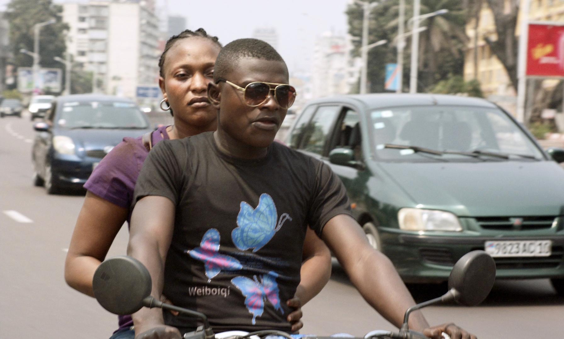 Félicité: Véro Tshanda Beya Mputu e Papi Mpaka in una scena del film