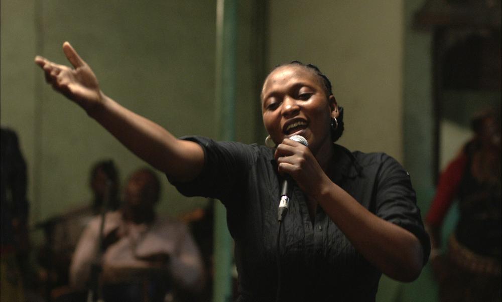 Félicité: Véro Tshanda Beya Mputu canta in una scena del film