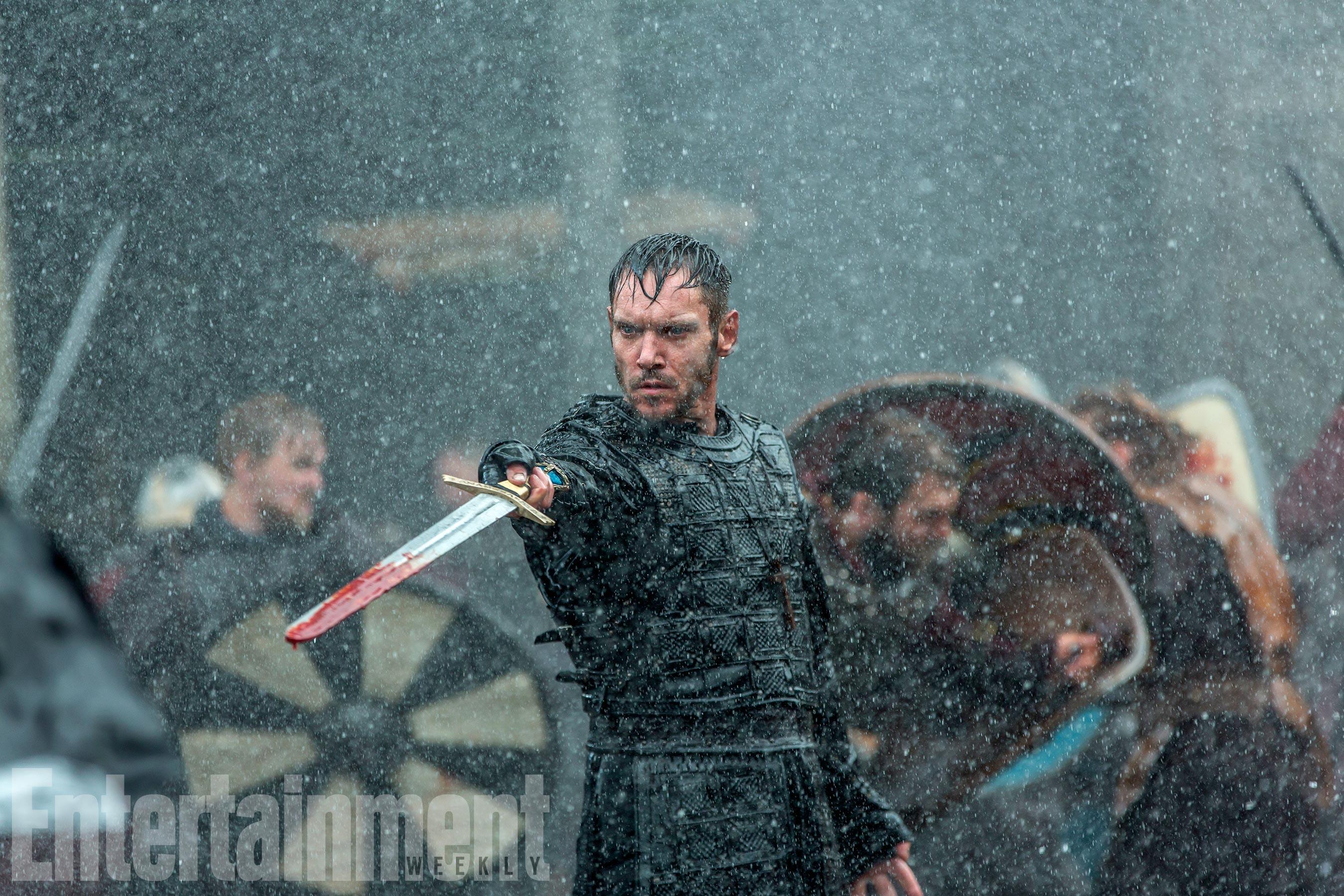 Vikings: Jonathan Rhys Meyers sguaina la spada in una scena della stagione 5