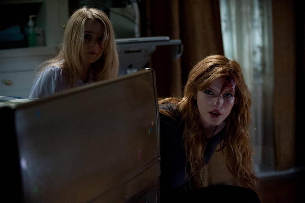 Amityville - Il risveglio: Bella Thorne e McKenna Grace in una scena del film