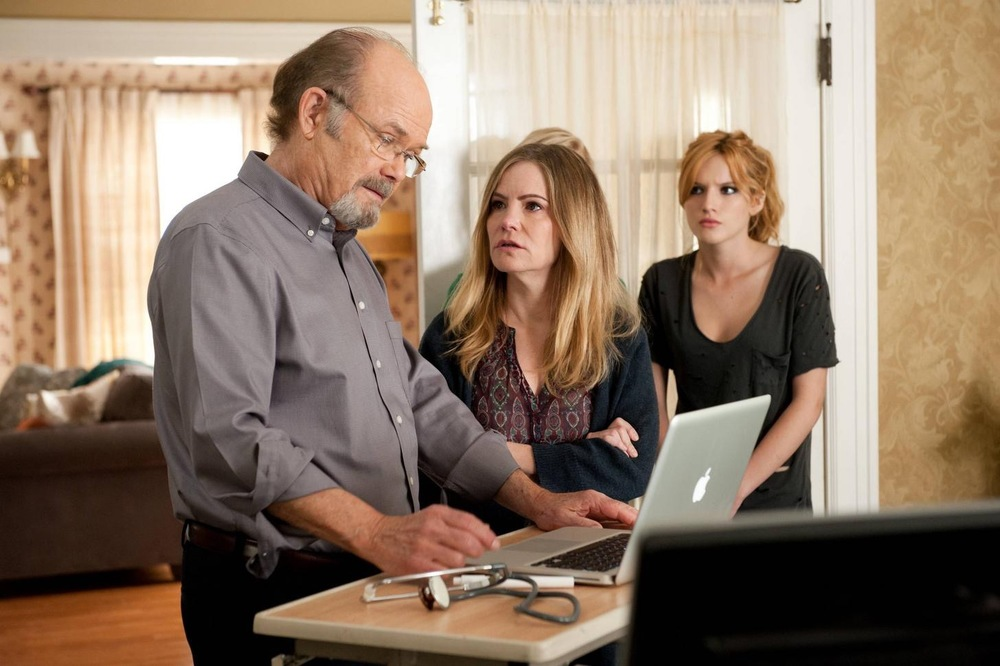 Amityville - Il risveglio: Bella Thorne, Jennifer Jason Leigh e Kurtwood Smith in una scena del film